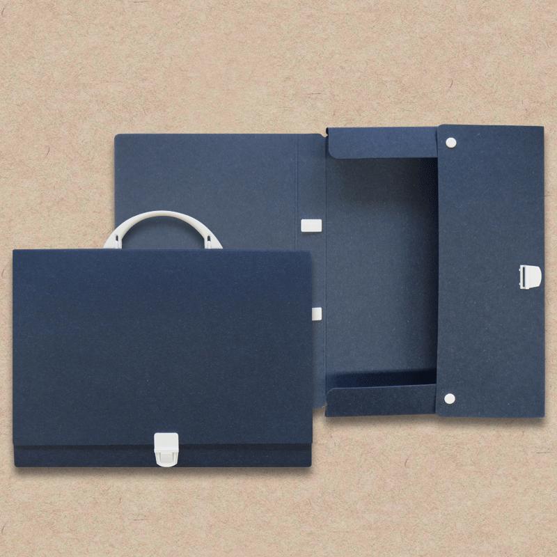 "Werbeartikel: Koffer=Prospektkoffer ""Les Naturals"" Pappe, dunkelblau"